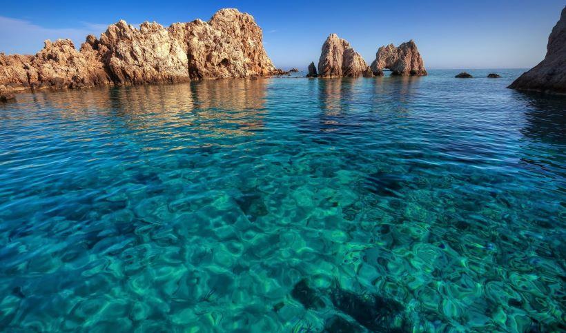 Little islet, Antiparos ([Image source](https://www.discovergreece.com/en/greek-islands/cyclades/antiparos))