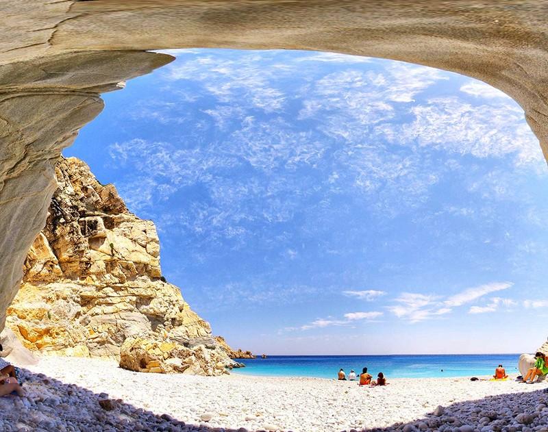 Iero beach ([Image source](https://www.newsbeast.gr/travel/destinations/arthro/719914/stis-omorfes-paralies-kai-sta-xefrena-paniguria-tis-ikarias))